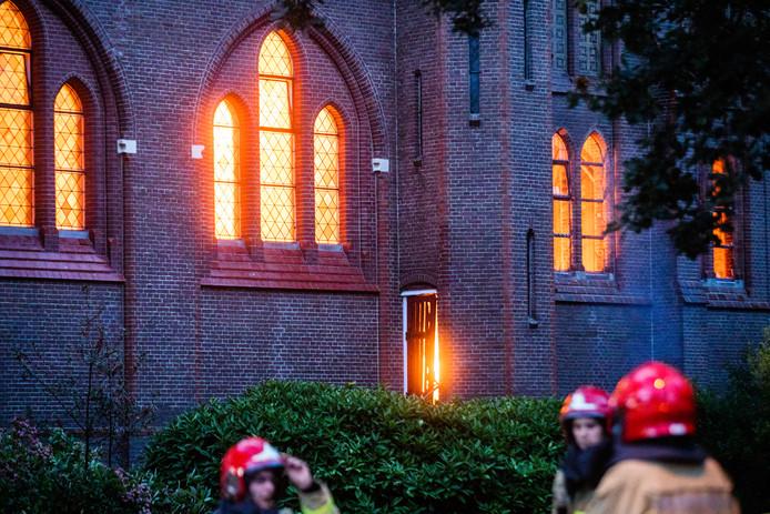 Brand in de Bovenkerkse St. Urbanuskerk. Het gebouw is een rijksmonument en werd in 1888 in gebruik genomen.