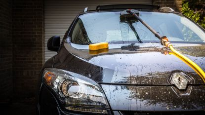 Auto's wassen om zwemlessen te betalen