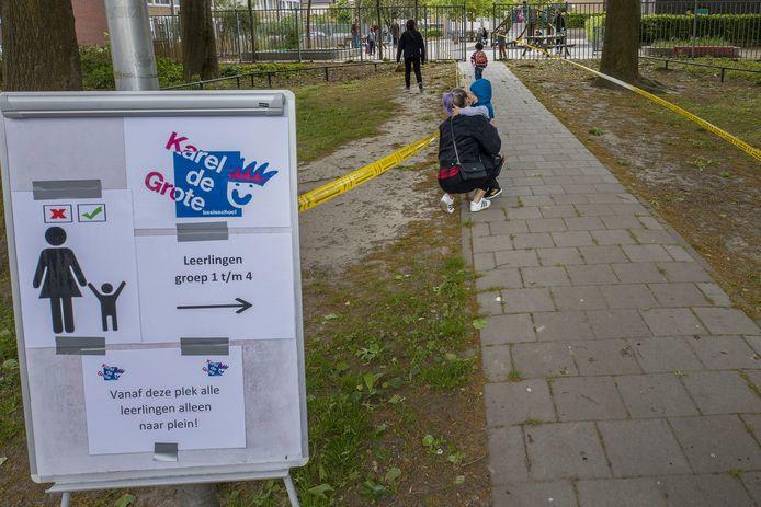 Kinderen weer naar de Karel de Grote school in Eindhoven na de eerste coronasluiting.