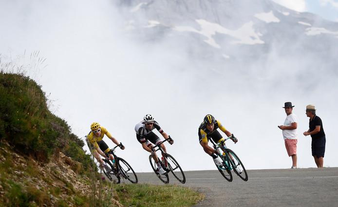 Geraint Thomas, Tom Dumoulin en Primoz Roglic in de afdaling van de Aubisque.