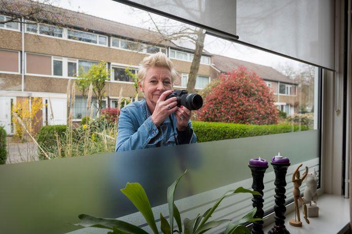 De Eindhovense Natasja Steures maakt voor haar fotoreportage foto's van mensen door het raam.