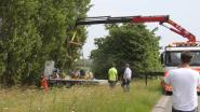 Aanhangwagen met werkmateriaal in gracht na botsing met vrachtwagen langs A19