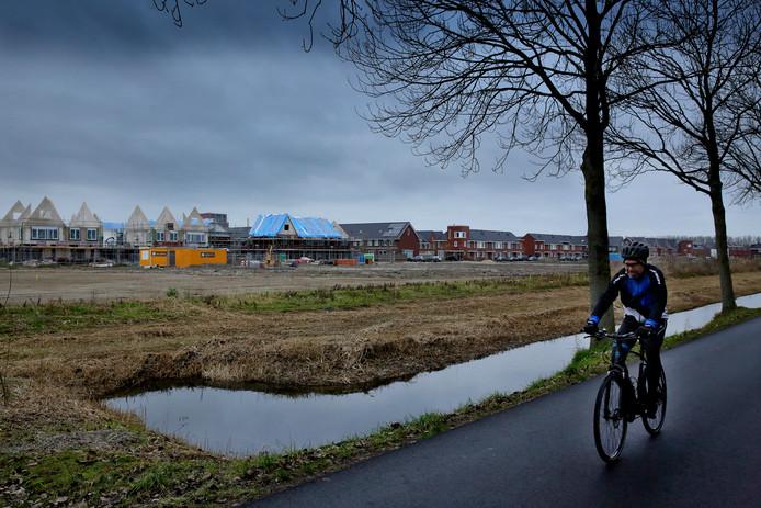 De wijk Wilgenwende in Dordrecht met links de huizen in aanbouw.
