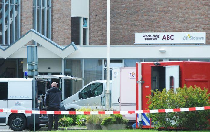 De politie onderzoekt na de vondst van het lichaam de dood van een bewoonster van zorgcentrum in Meppel.