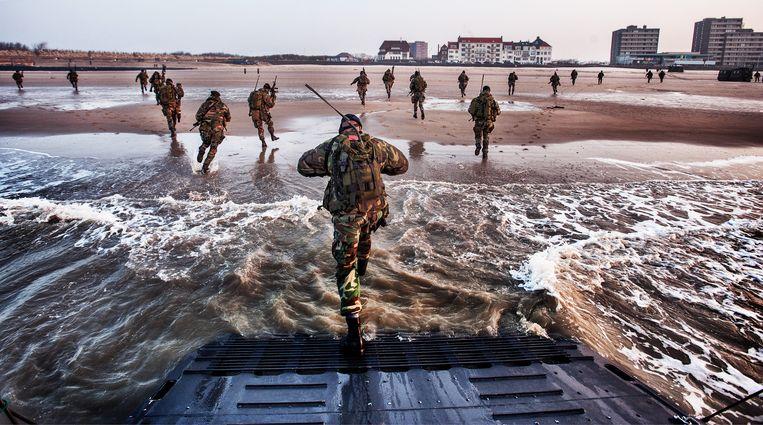 Mariniers bestormen tijdens een oefening het strand van Vlissingen. Beeld Raymond Rutting / de Volkskrant