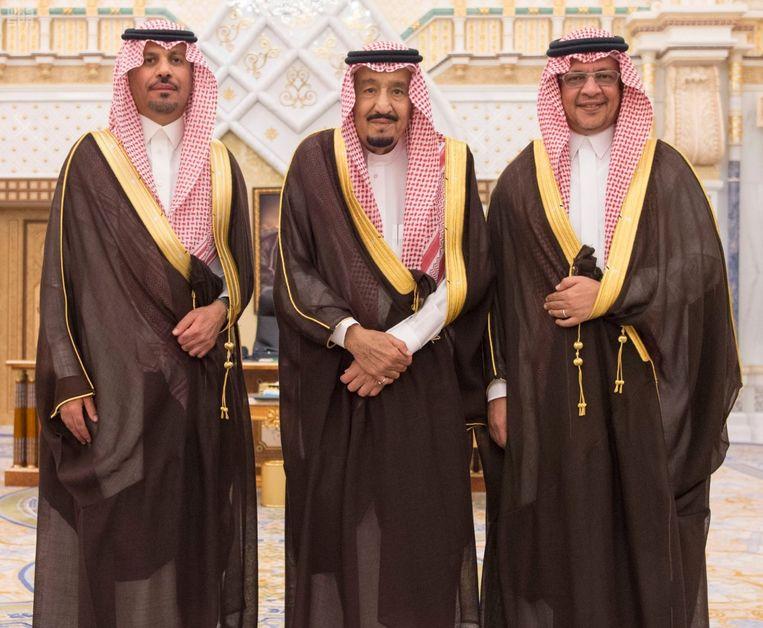 De Saoedische koning  Salman bin Abdulaziz Al Saud  poseert samen met  de nieuwe minister van de Nationale Garde Khaled bin Ayyaf en de nieuwe minister van Economie Mohammed al-Tuwaijri tijdens hun beëdiging.