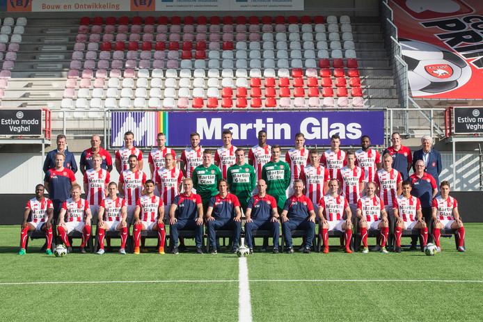 De selectie van FC Oss. Volgens algemeen directeur Peter Bijvelds is de club niet zomaar over te nemen door een geldschieter.