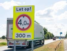 Na drie ongelukken is de maat vol: nieuwe borden voor 'laag viaduct' op N340 bij Ommen