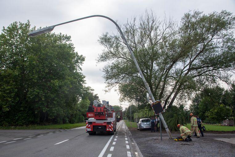 Een verlichtingspaal hing gevaarlijk over de Noordlaan in Wetteren.
