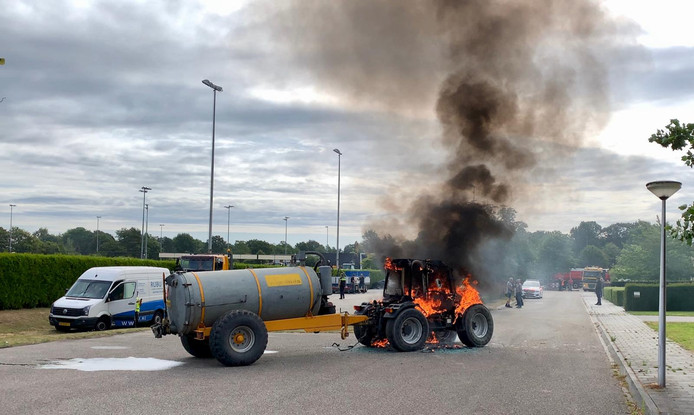 Tractor staat in brand in Oldenzaal
