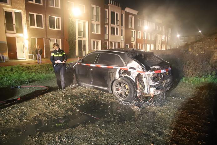 [TIEL] Zondagavond 1 december kwam de melding van een autobrand op een parkeerplaats aan de Melvill van Carnbeestraat in Tiel. Bij aankomst waren er twee  brandhaarden, zowel de voorzijde als achterzijde stond in lichterlaaie. De Audi Q8 is total loss en rondom afgezet met lint. Morgen zal er  sporenonderzoek plaatsvinden.