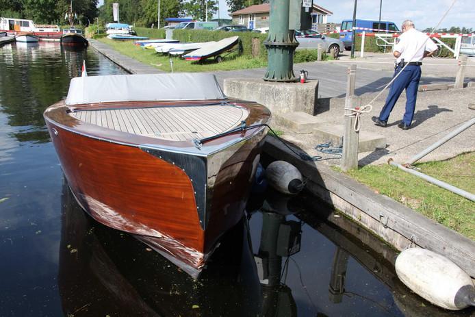 Politie bij de speedboot waarmee het ongeluk werd veroorzaakt.