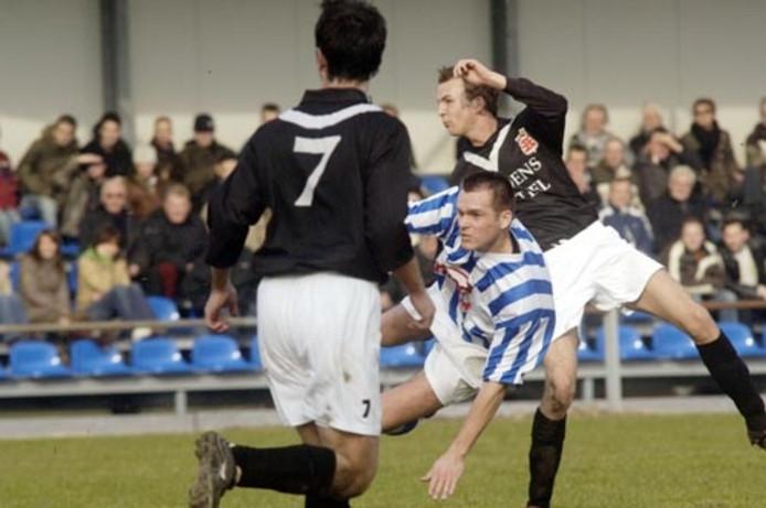 Roy van Dijk van FC Lienden in de klem bij twee spelers van Sportclub Enschede. Een poging koploper Enschede te vloeren mislukte. Het werd 0-0. Foto: Raphaël Drent