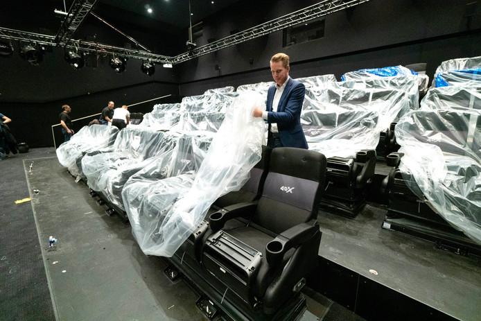 De Nijmeegse bioscoop heeft een zaal met 4DX-technologie, waarbij toeschouwers de film zien én voelen. De nieuwe zetels kunnen rollen, kantelen, trillen en warm of koud worden. De 92 stoelen staan er sinds begin mei, manager Peter van de Schans, manager pakte mee uit.