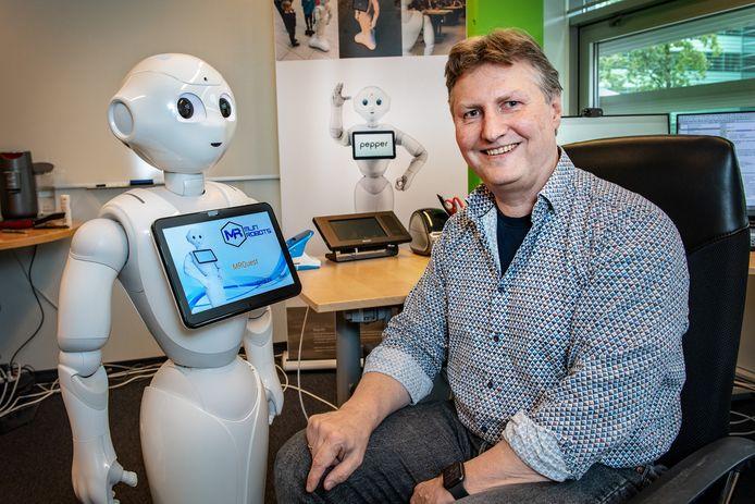 Roel Bouwmans met robot Pepper.