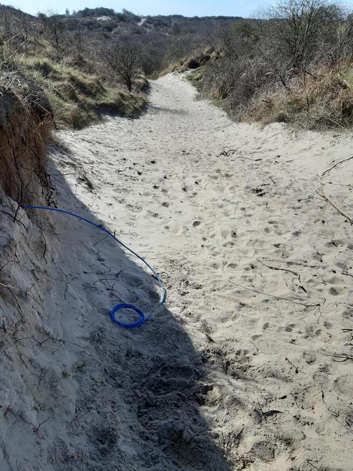 De 'mysterieuze' kabel in de duinen langs het Middenpad bij Nieuw-Haamstede blijkt een oude telefoonaansluiting van een voormalig strandpaviljoen uit de jaren 60.