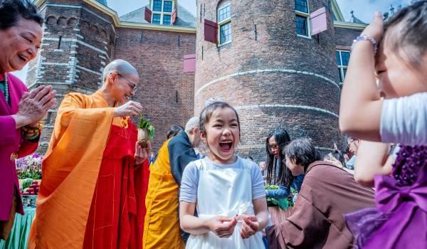 Boeddha is jarig, en zo werd dat in Nederland gevierd