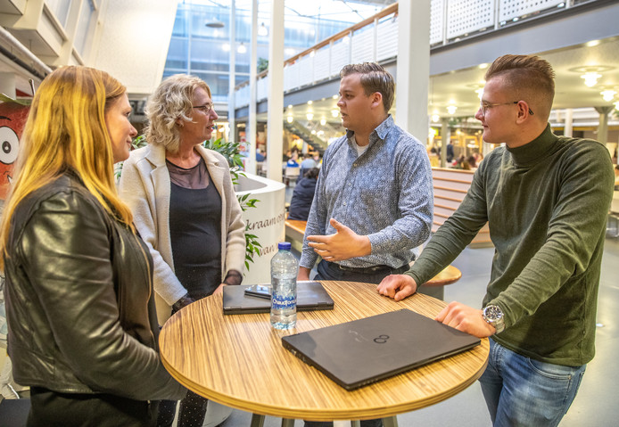 Simone Bosma en Riejet Nijdam van het Windesheimproject Switch in gesprek met Danny Evers en Matthijs Blokzijl (uiterst rechts).
