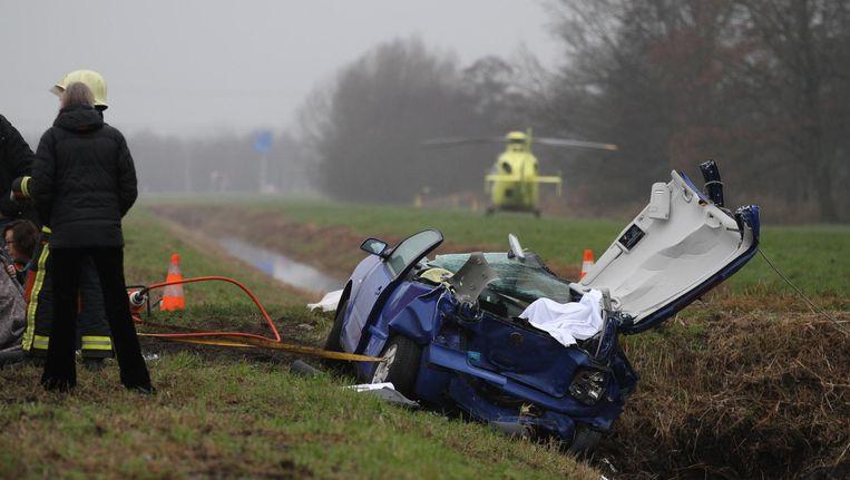 Bij een zwaar verkeersongeval op de N210 bij Lekkerkerk zijn twee mensen om het leven gekomen. Beeld anp