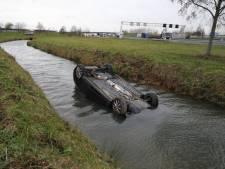 Achtervolging auto op A15 eindigt in sloot bij Andelst, inzittenden aangehouden