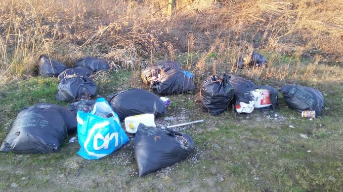 Afval van hennepkwekerij gedumpt langs de Heuvelweg in Hank.