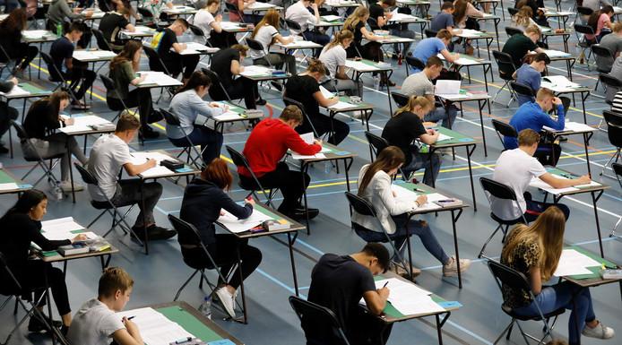 Vanmiddag om 13.30 uur zijn voor de leerlingen van het VMBO, HAVO en VWO de eindexamens begonnen. De scholieren van het Beatrix College mochten het doen in sporthal Dongewijk in Tilburg. Foto Bas Czerwinski
