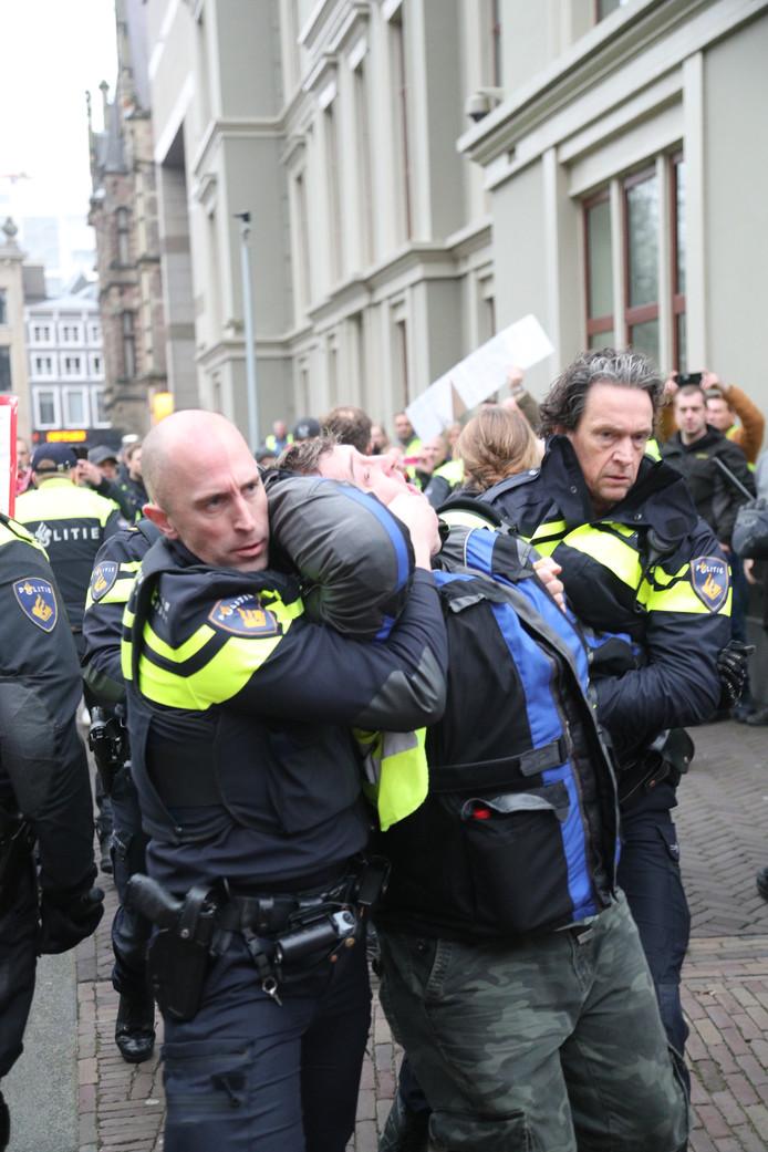 Aanhouding op het plein bij protestmars van gele hesjes