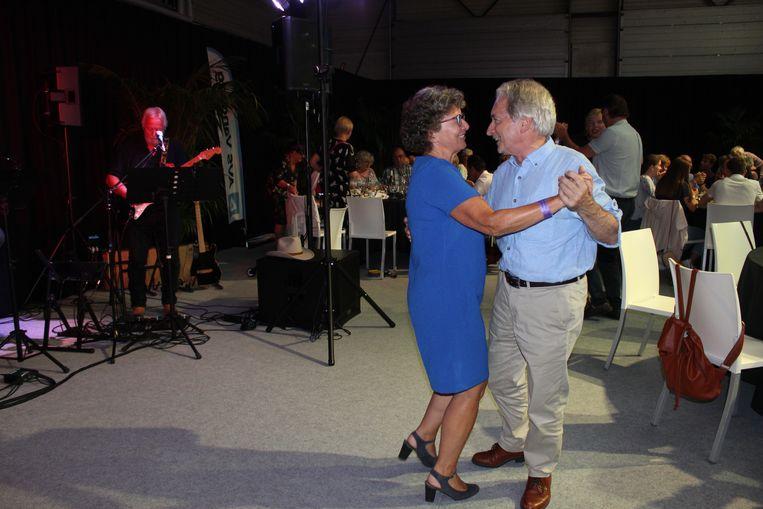 In de VIP-tent had niemand last van de regen. Schepen Ann Van den Driessche mocht de dans openen met de waarnemend gouverneur van Oost-Vlaanderen.