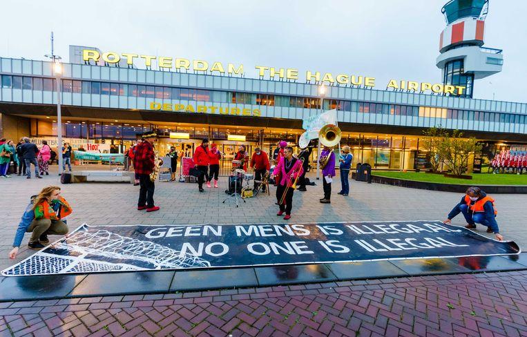 Actievoerders bij Rotterdam The Hague Airport waarvandaan actiegroep We Gaan Ze Halen maandag vertrok.  Beeld ANP