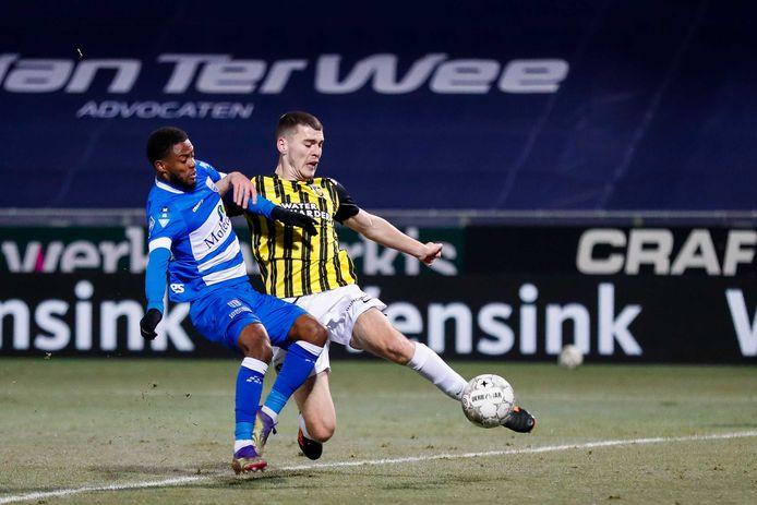 Kenneth Paal in duel met Jacob Rasmussen van Vitesse.