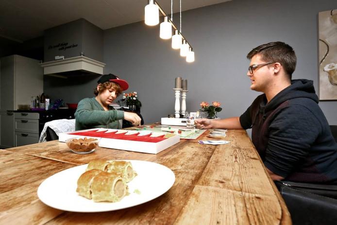 Daan Joosten doet met mentor Peter Mul van alles, bijvoorbeeld een bordspel.