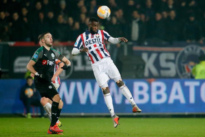 Fernando Lewis kopt een bal weg voor Mimoun Mahi van FC Groningen.