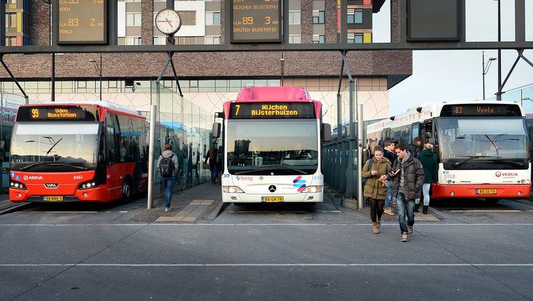 Bussen van Arriva, Connexxion (Breng) en Veolia naast elkaar op het station van Nijmegen. Beeld null