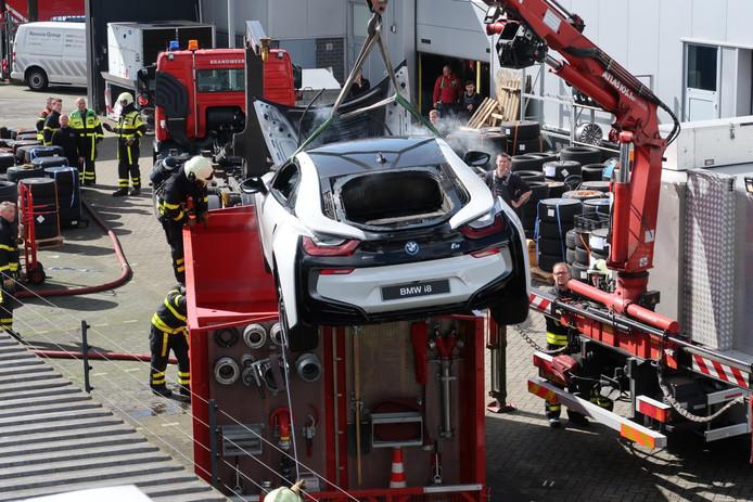 De brandende auto moest ondergedompeld worden in water om de brand geblust te krijgen.