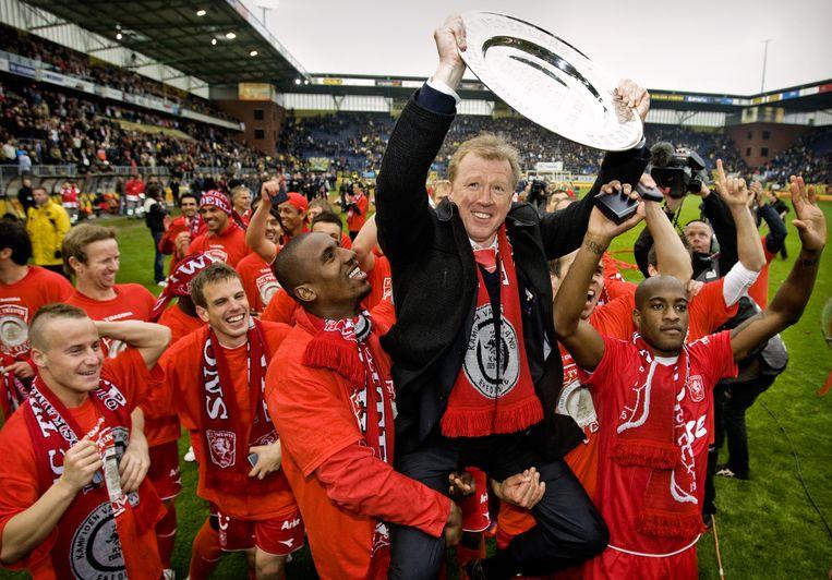 Archiefbeeld van voormalig Twente- trainer Steve McClaren die trots de schaal in de lucht houdt. Hij wordt omringd door Douglas, Tiendalli, Brama en Stoch. Geen van hen speelt nog voor Twente. Beeld anp
