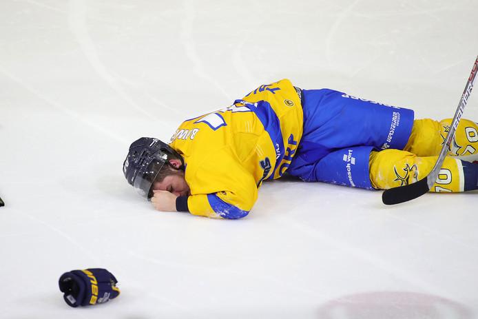 Parker Bowles kreeg een harde check te verwerken en moest geblesseerd van het ijs.