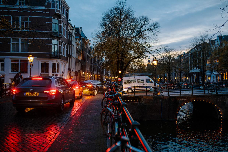 'Het verkeer dat door de binnenstad moet, wordt vooral over de Keizersgracht geperst,' aldus een buurtbewoner. Beeld Marc Driessen