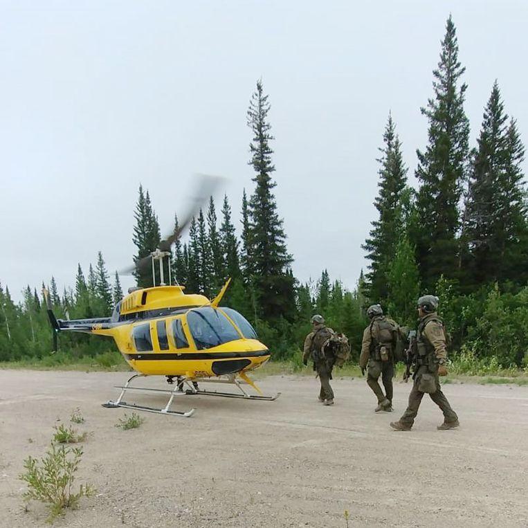 Het leger zal vooral vanuit de lucht naar het duo speuren.