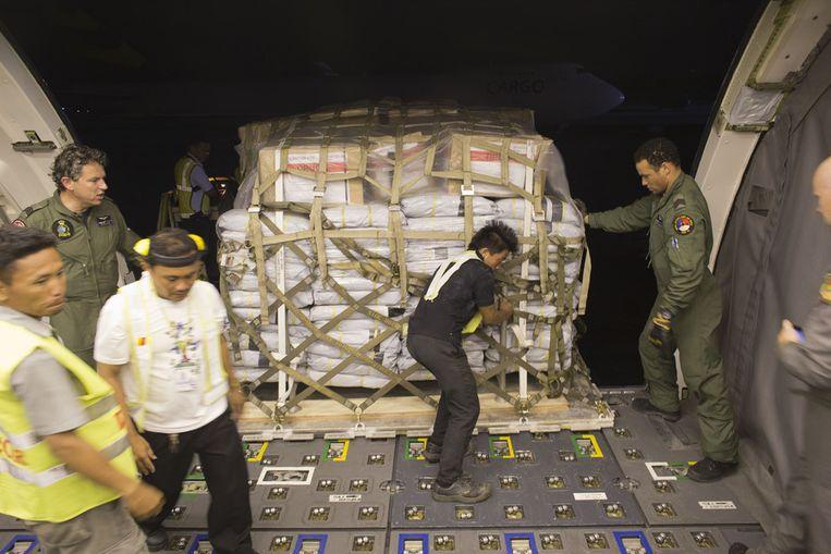 De hulpgoederen worden op het Filipijnse eiland Cebu uit het Nederlandse toestel gehaald. Beeld anp