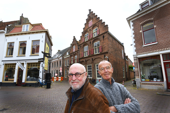 Jack van Aken (l) en Wim Holleman bij het geboortehuis van Jan van Riedbeeck in Culemborg.