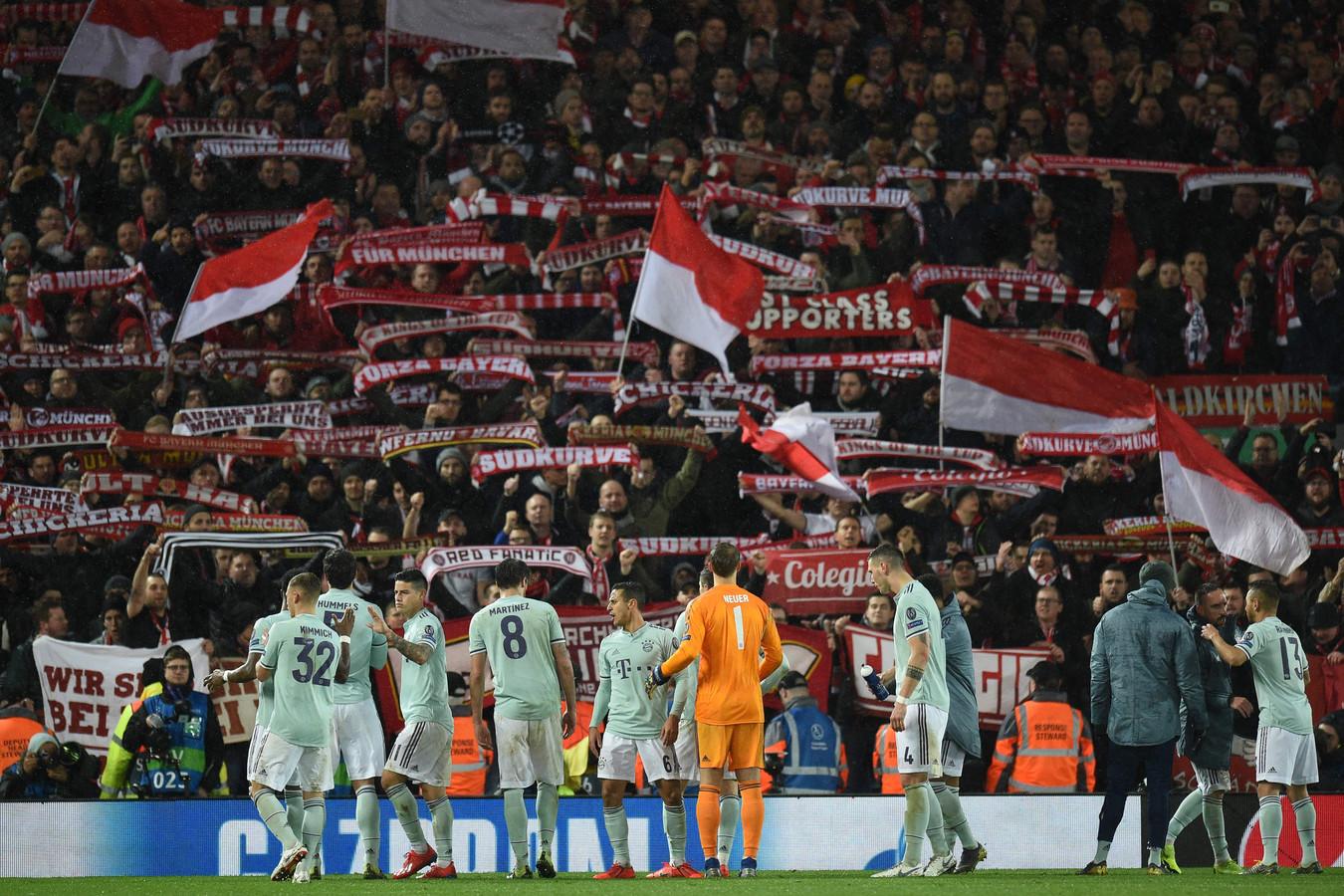 De spelers van Bayern bedanken hun fans op Anfield.