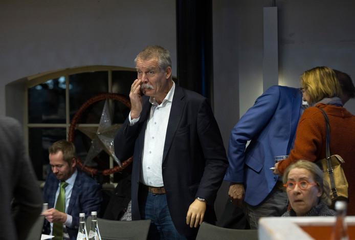 Een zichtbaar aangeslagen Peter van de Wardt tijdens de rumoerige raadsvergadering over Laborijn. De wethouder is opgestapt na harde kritiek op zijn handelen. Foto: Theo Kock