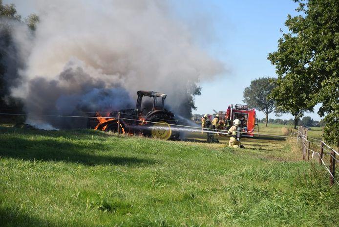 De tractor ging in vlammen op
