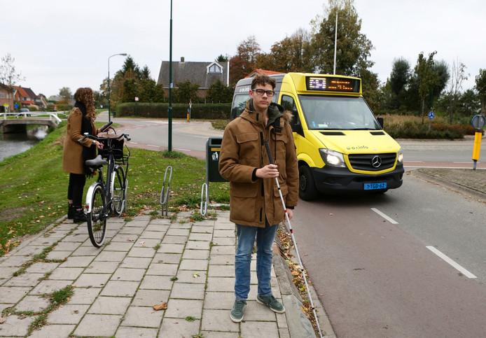 De slechtziende Sam Hageraats wil de vaste busdienst in Schalkwijk behouden.