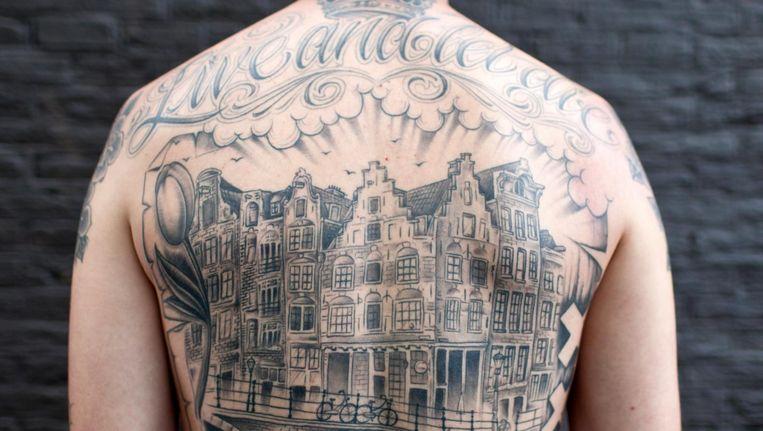 Stevy Lalla heeft verschillende Amsterdamse tatoeages, waaronder een grote grachtentattoo op zijn rug. Beeld Roy Del Vecchio