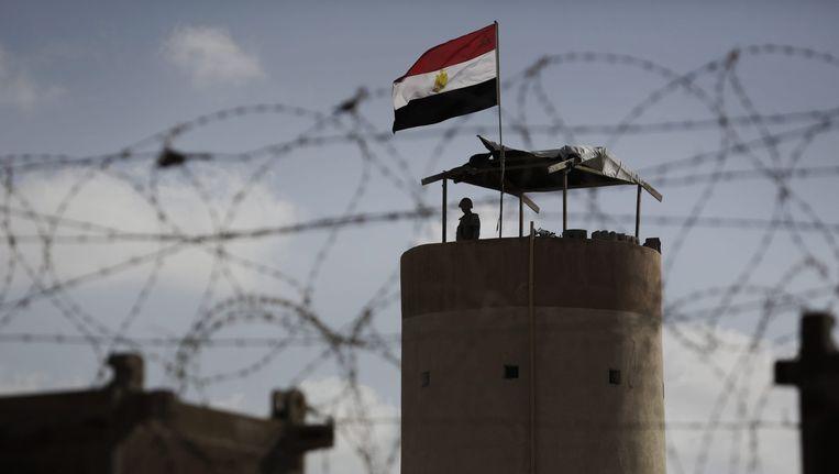 Een Egyptische bewaker bij de grens tussen Egypte en de Gazastrook bij Rafah. Beeld epa