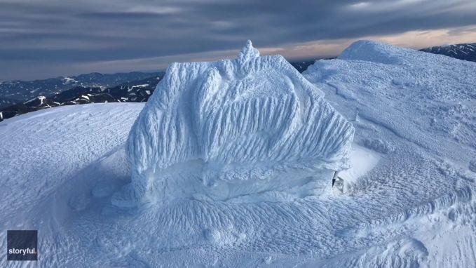 VIDEO. Adembenemend: huis volledig met sneeuw bedekt