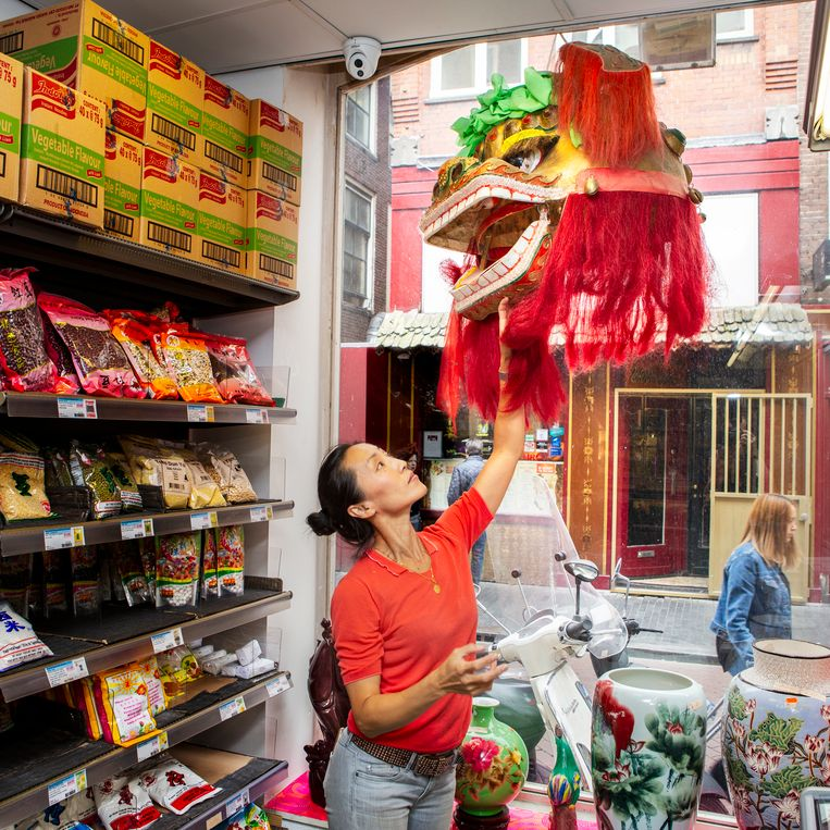 In de winkel worden allerlei Aziatische producten verkocht, maar er is ook een uitgebreid assortiment aan keukenspullen, toeristische hebbedingetjes en een lunchroom. Beeld Pauline Niks