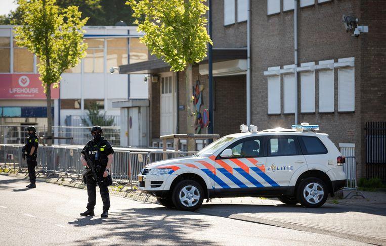 De beveiliging bij de zwaarbeveiligde gerechtsbunker in Amsterdam-Osdorp woensdag. Beeld ANP