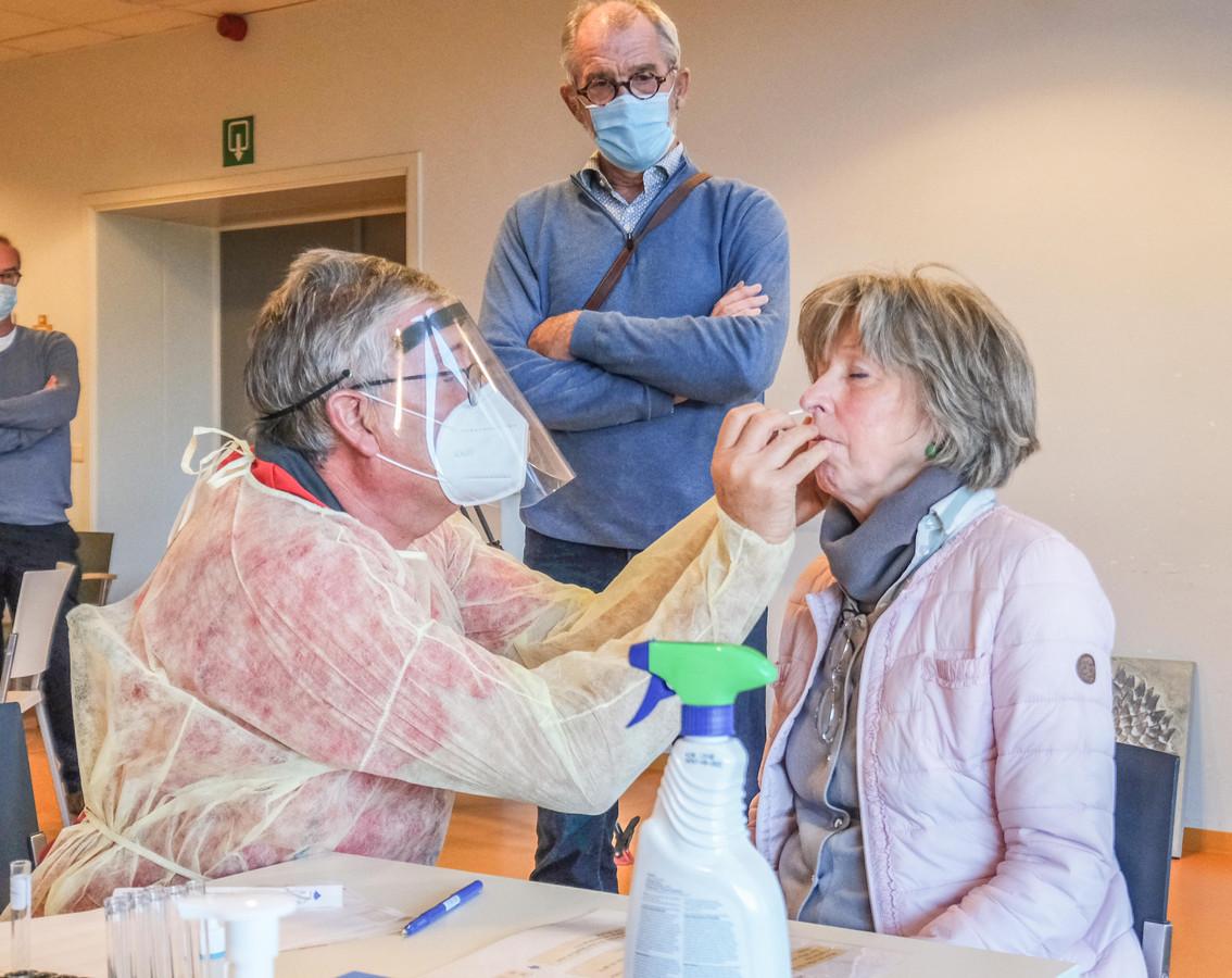Arts Luc Verraes keek vrijdagnamiddag toe, toen de eerste sneltesten werden afgenomen in WZC Sint-Jozef.